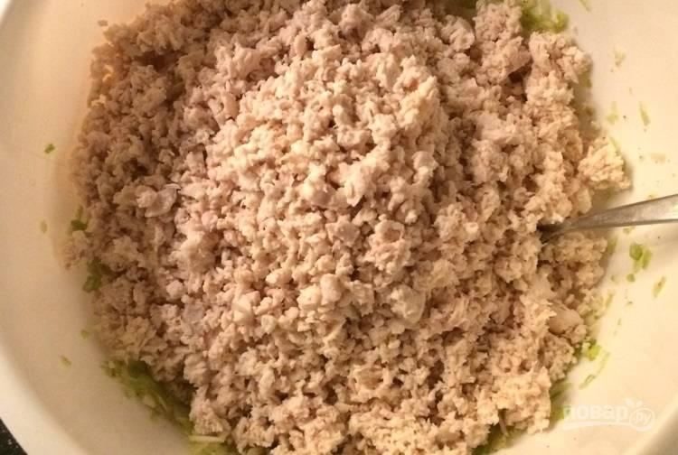 9.Выложите измельченное мясо в миску к луку.