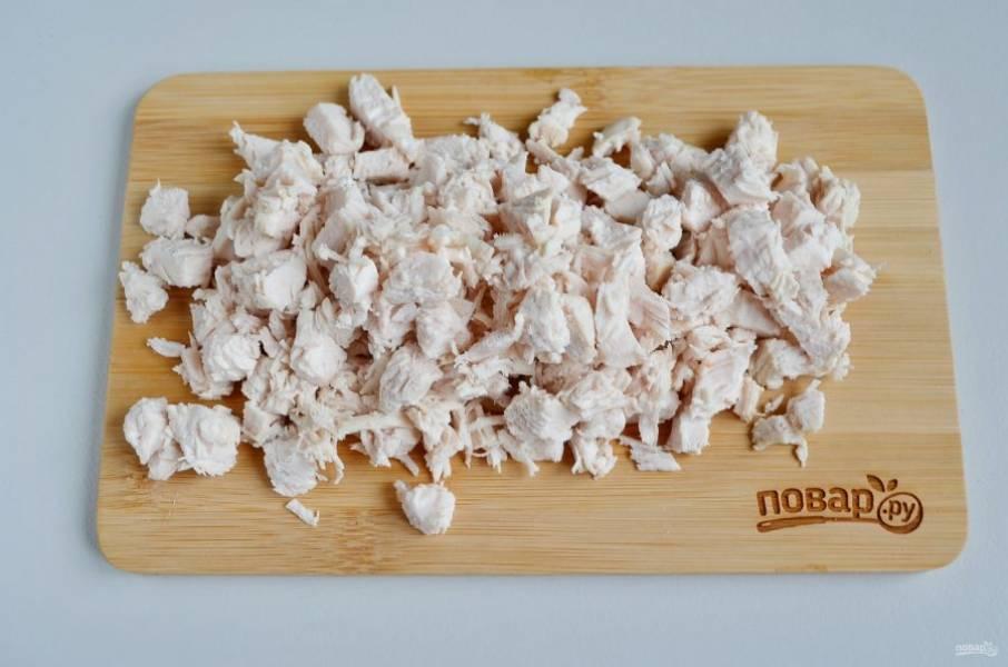 Куриное филе порежьте кубиками.