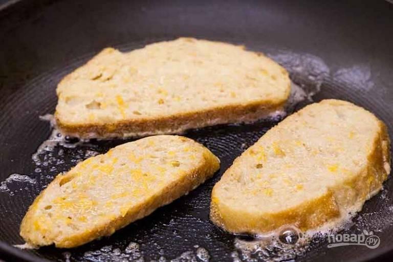 1.В средней миске перемешайте яйца, корицу и молоко, затем перелейте в широкую емкость, в которую будет удобно макать хлеб. Разогрейте сковороду с маслом, обмакните хлеб с двух сторон в смеси яиц, дайте хлебу немного впитать ее, затем вытряхните избыток и выложите в сковороду.