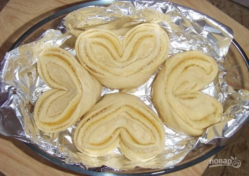 Выкладываем булочки-сердечки в форму для запекания, которую предварительно застилаем бумагой для выпечки или фольгой. Выпекаем на протяжение 25 минут при 180 градусах.