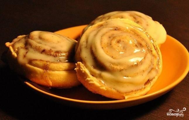 """13. Готовым булочкам дайте немного остыть. Смажьте подготовленным кремом. Теперь предложите булочки """"Синнабон"""" своим близким. Они никого не оставят равнодушным. Приятного чаепития."""