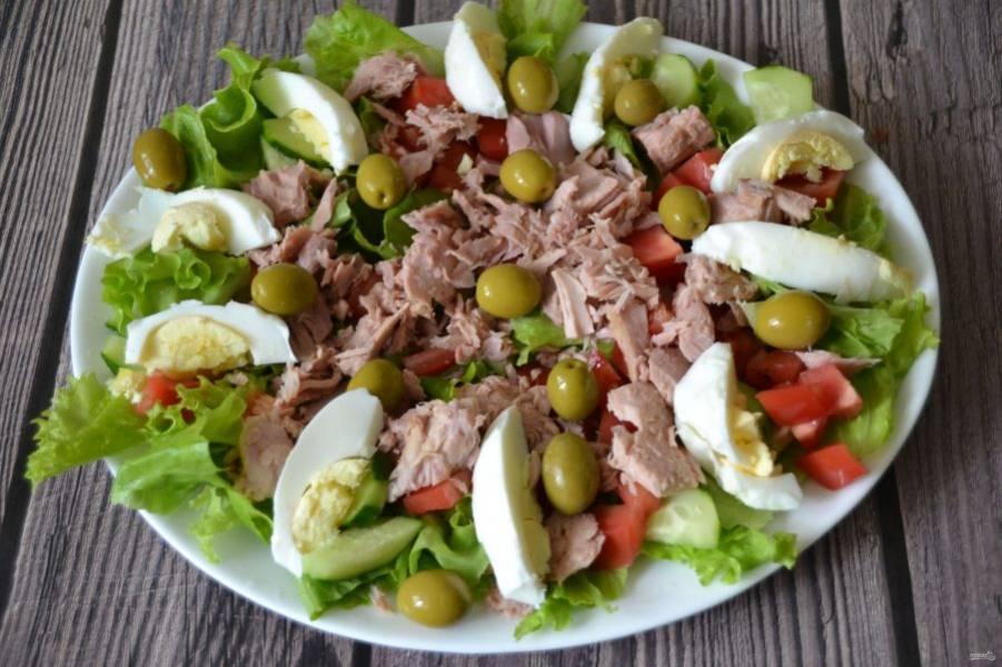 Порежьте дольками яйца и выложите на салат, добавьте оливки или маслины.