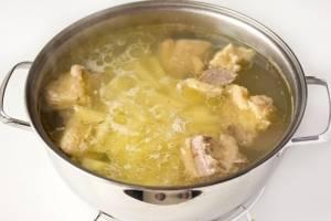 Через час к бульону добавляем картофель и варим минут 10-12 на слабом кипении.