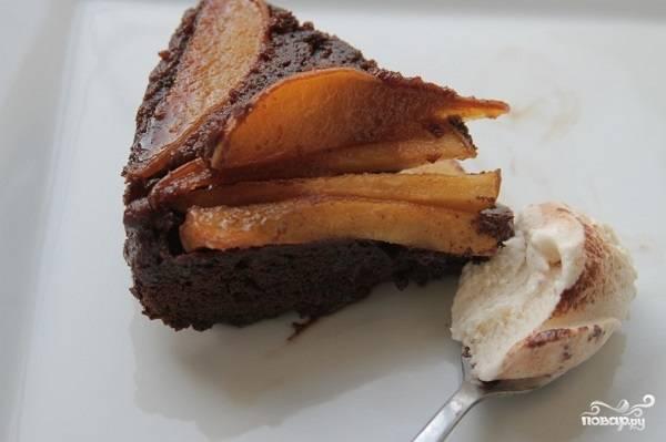 8. Дайте выпечке остыть. Затем аккуратно переверните пирог и подавайте к столу, разделив на порции. Он прекрасно сочетается с мороженым и взбитыми сливками.  Приятного аппетита!