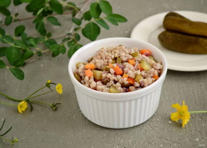 Гречка с солеными огурцами готова, приятного аппетита!