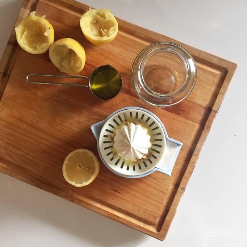 5.Лимонный сок переливаю в банку с крышкой, добавляю оливковое масло, соль и черный молотый перец, хорошенько перемешиваю.