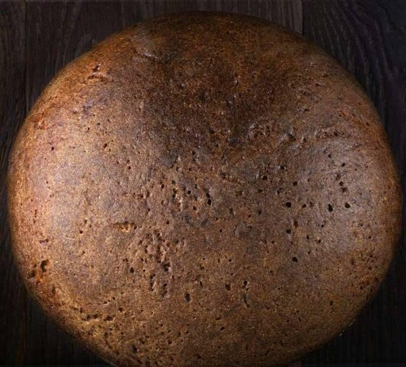 Хлеб нарежьте ломтиками и выложите на противень, хорошенько подсушите в нагретой духовке.