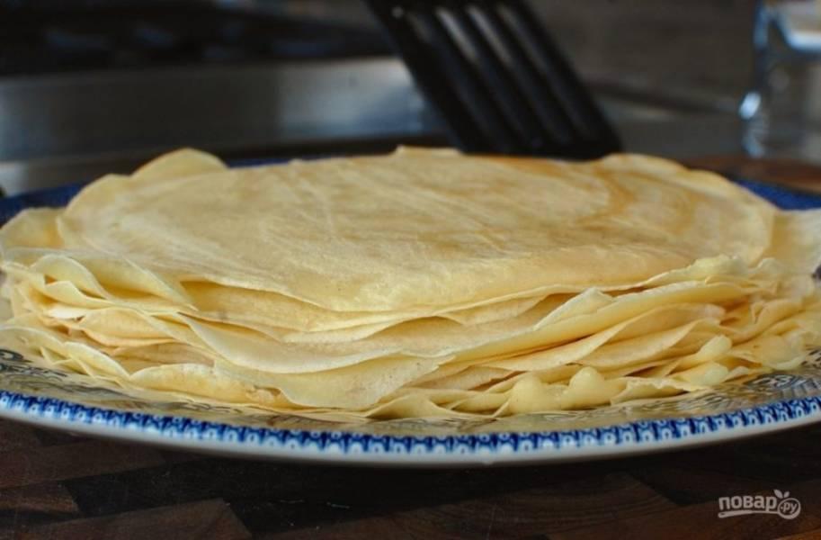 6.Снимите креп со сковороды и переложите в тарелку. Обжарьте остальные и подавайте к столу.