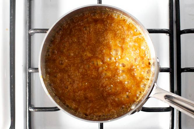 """4. Когда масло полностью растворилось отправить сотейник на огонь и довести до кипения (первый крупных пузырьков). При желании можно в рецепт приготовления """"Брауни"""" с соленой карамелью использовать и другие варианты домашней карамели - с ванилью, например, или медом."""
