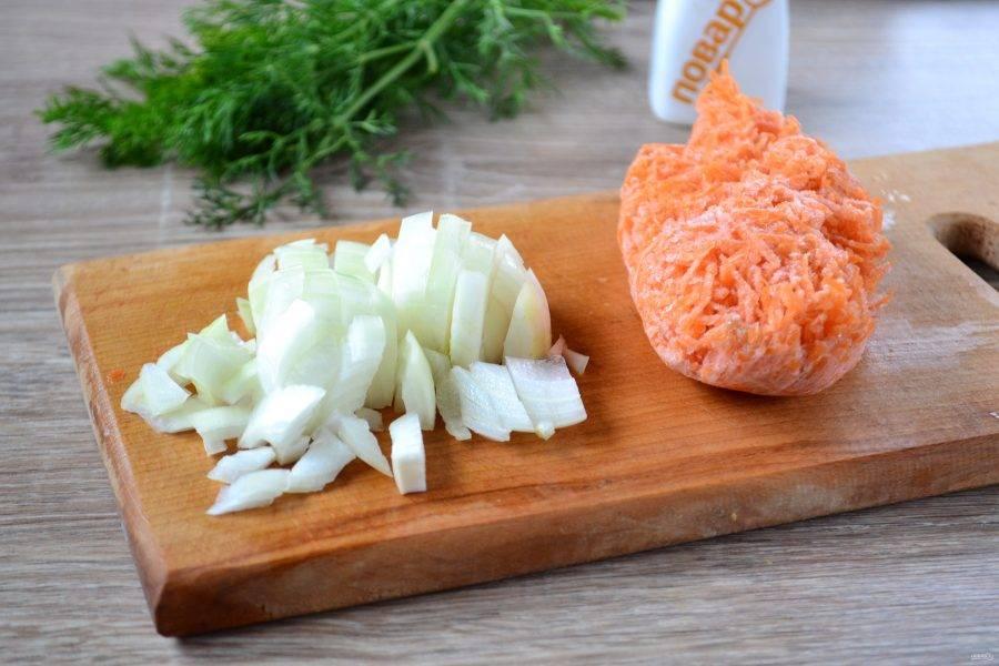 Лук порежьте мелкими кусочками. Морковь в это  раз я буду использовать замороженную, натертую на мелкой терке. Чеснок мелко порубите.