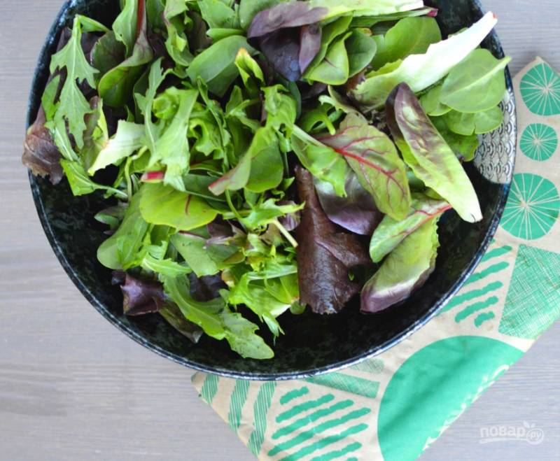 1. В порционные тарелки выложите салат. Добавьте соль, перец и масло. Перемешайте.