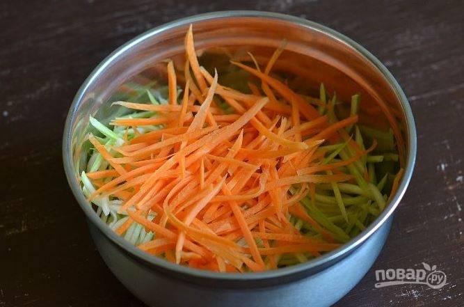 Морковь очистите и вымойте. Нарежьте ее на такие же полосочки, как и кабачки. Сложите овощи в глубокую миску.
