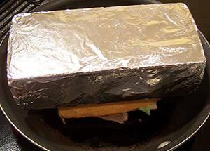 Положите кирпич на бутерброд пока он слегка поджарится.