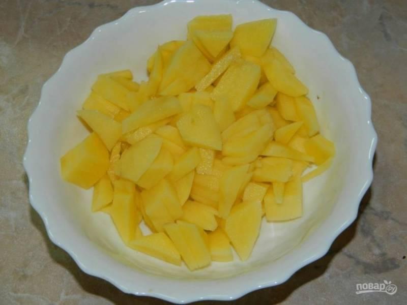 Также опустите нарезанный картофель, варите в течение 10 минут.