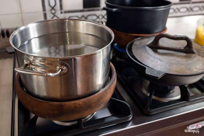 Сверху поставьте гнет. Это может быть кастрюля с водой. Готовьте примерно час-полтора, можно и все два.  Цыпленок сначала протушится, потом обжарится, когда влага уйдет.  Кстати, не забывайте переворачивать цыпленка, чтобы он равномерно приготовился и не подгорел.