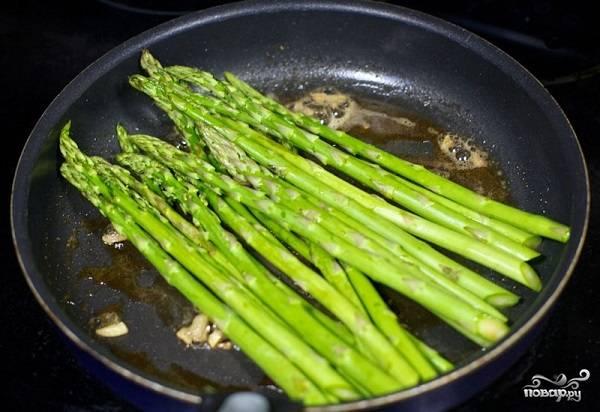 4. Выложите на сковороду спаржу, жарьте её на среднем огне до мягкости. Аккуратно переворачивайте в процессе.