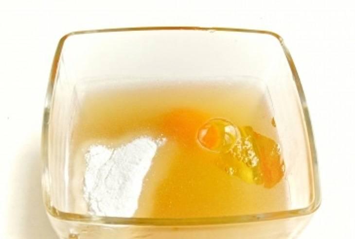 В миску вылейте пиво, добавьте в него  яйцо, рисовую муку, соль.