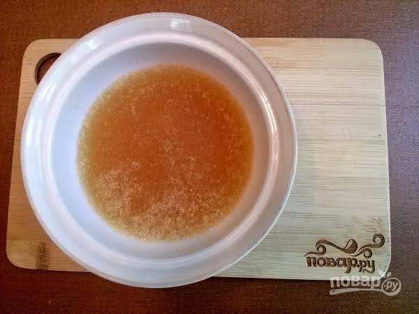 2.      Замочить желатин в воде, в столовой ложке холодной воды. Оставить на некоторое время для набухания.   Соединить с теплым мясным бульоном. Тщательно перемешать и довести до кипения, затем процедить.