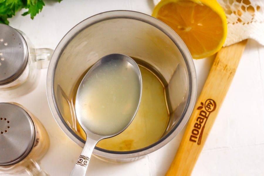 Последним влейте лимонный сок. Если у вас нет в наличии свежего фрукта, то замените свежевыжатый сок разбавленным концентрированным.