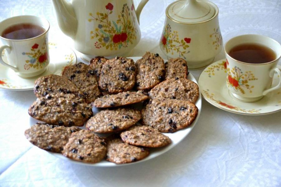 Наливайте чай и зовите домашних к столу. Печенье получилось ароматное и вкусное. Приятного аппетита!
