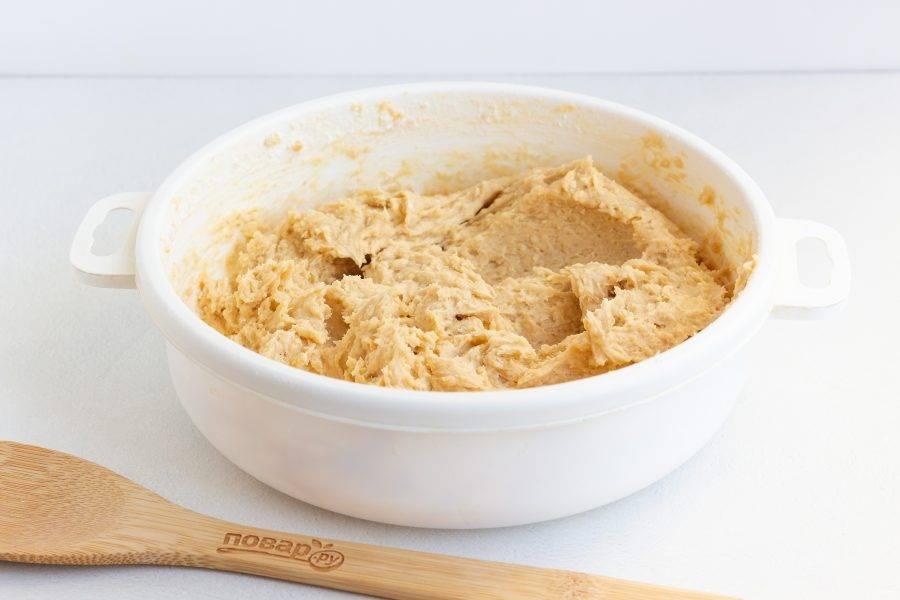 Постепенно введите в тесто просеянную муку с содой и щепотку соли. Можно взбить тесто миксером. Масса должна быть однородной. На этом этапе можете добавить по 0,5 ч. л. пряностей - имбиря, корицы и щепотку мускатного ореха.