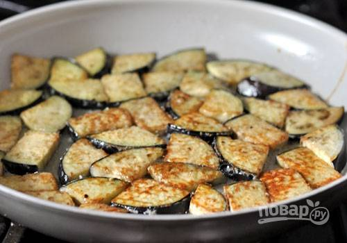 5. Обжарьте баклажаны на оливковом масле до готовности.