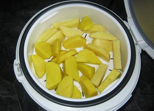 4. Картофель готовим на пару, после чего смешиваем его с основными ингредиентами.