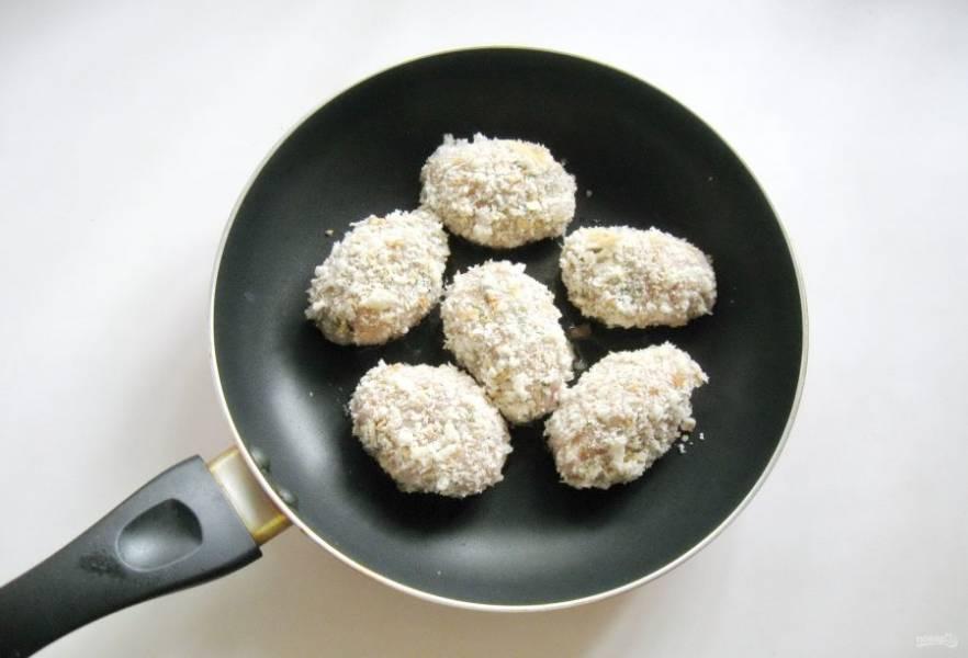 Из фарша сформируйте продолговатые котлеты и обваляйте в сухарях или хлебных крошках. Выложите в горячую сковороду с маслом.