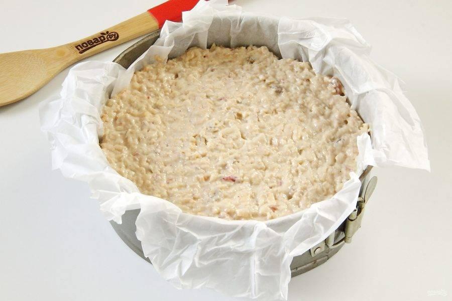 Перемешайте все еще раз. Тесто должно быть по консистенции как густая сметана. Переложите его в смазанную маслом форму. По желанию форму можно предварительно застелить пергаментом, но это не обязательно.