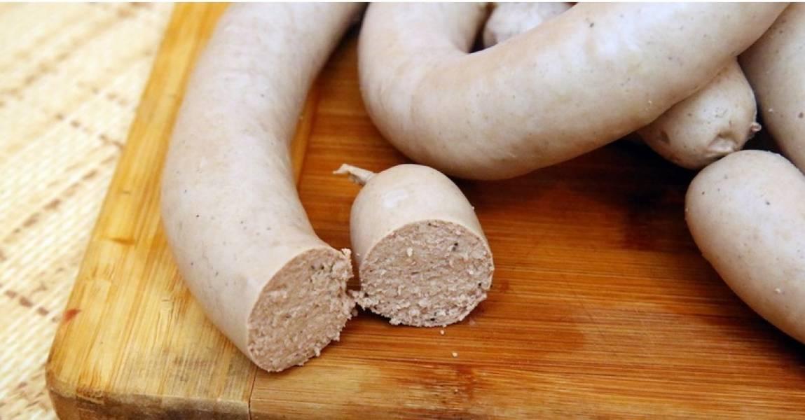 5. Вынимаем аккуратно колбасу и даем ей остыть. Лучше после остывания положить в холодильник на один час, после чего можно подавать к столу.