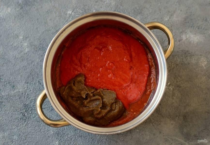 Добавьте в кастрюлю измельченный болгарский перец и баклажаны, доведите до кипения.