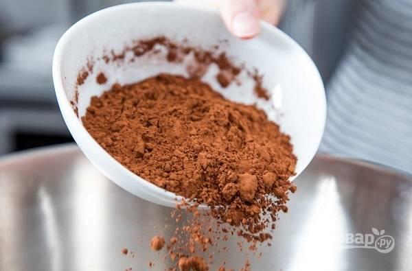 2. Муку и какао просейте.