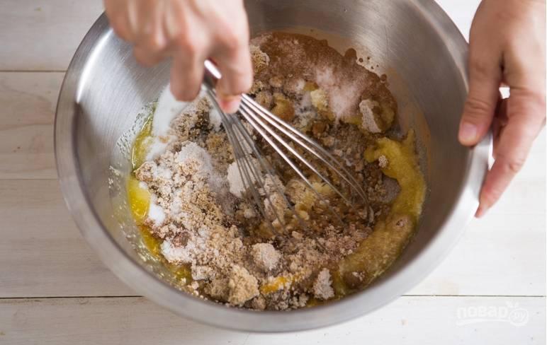 1. Смешаем сначала яйцо, два вида сахара, муку, корицу и разрыхлитель.