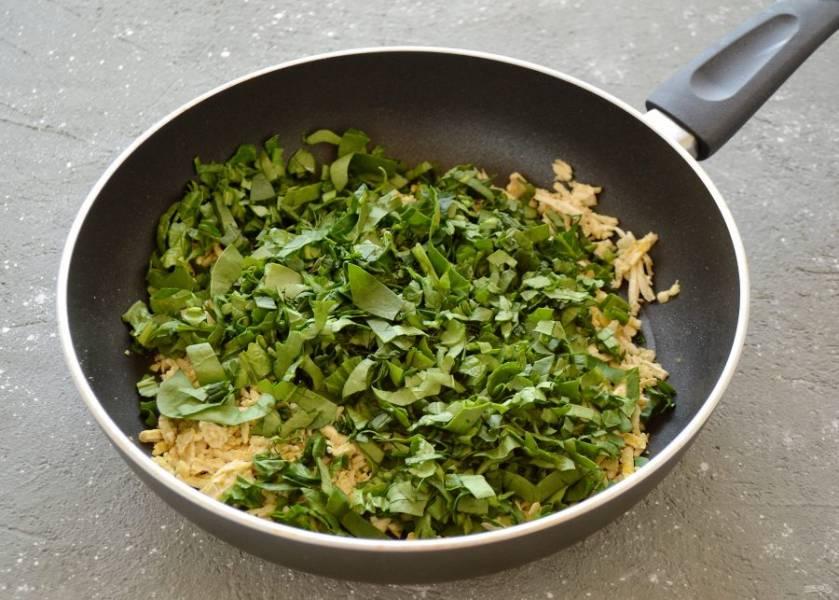 Затем добавьте зелень, потушите её до мягкости пару минут.