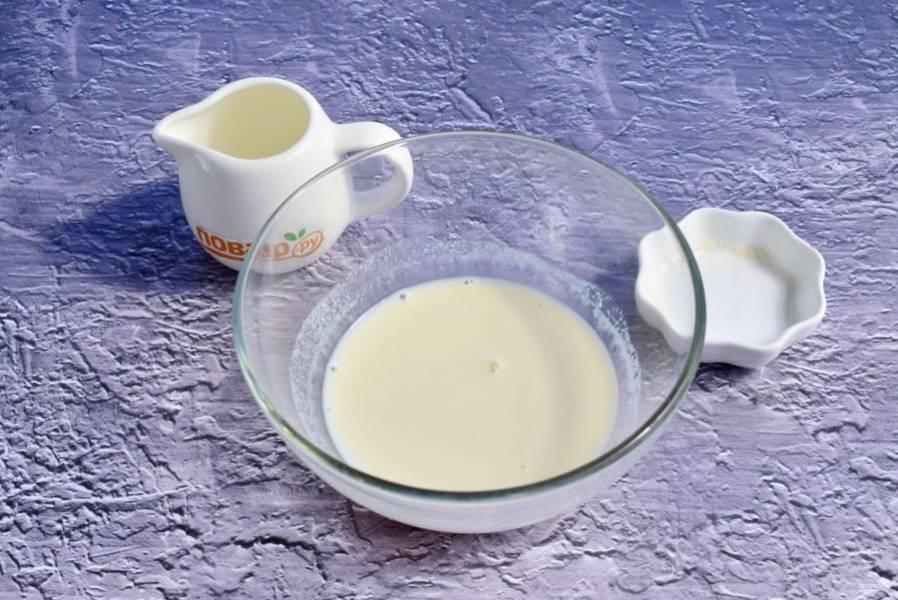 Агар-агар залейте теплыми сливками, оставьте набухать на 30 минут.