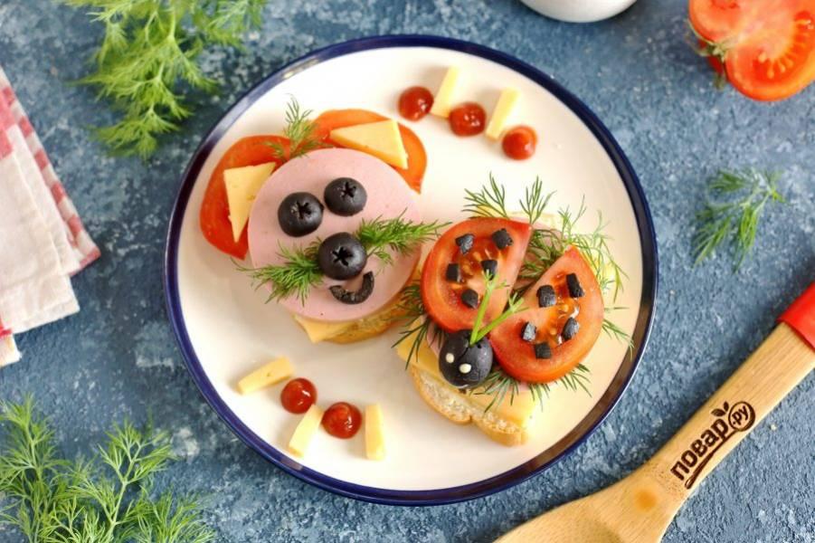 Такие веселые бутерброды точно приведут в восторг ваших детишек, ведь намного интереснее употреблять за столом нечто необычное и заманчивое. Приятного аппетита!