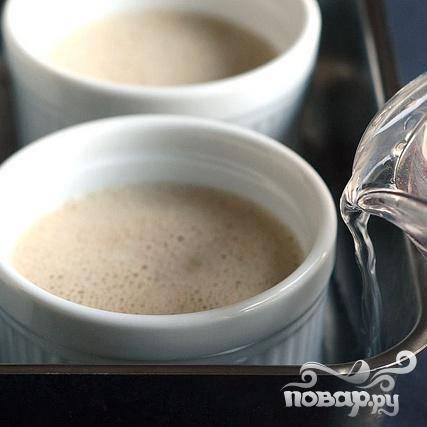 6. Залить достаточное количество горячей воды в форму для выпечки, чтобы она доходила до середины форм.