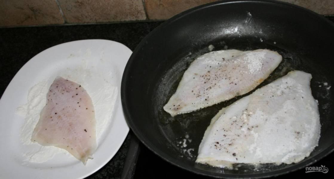 1.Рыбку мою и посыпаю солью, черным молотым перцем. 1 ложку муки высыпаю в тарелку, панирую рыбку с двух сторон. Сковороду разогреваю с 40 граммами сливочного масла. Обжариваю тушки с каждой стороны по несколько минут.