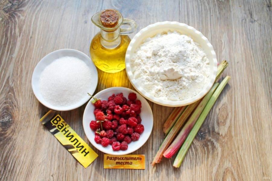 Подготовьте все необходимые ингредиенты для приготовления пирога с ревенем и малиной.