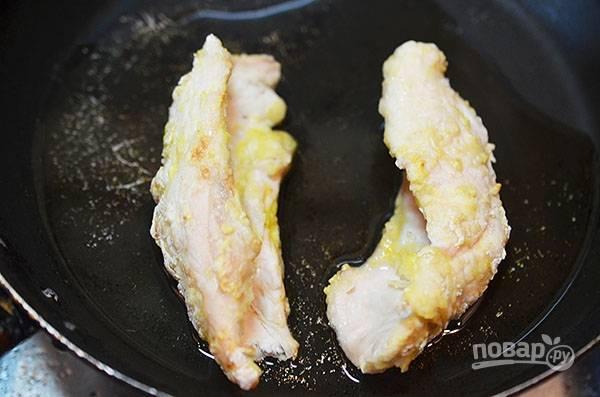 Снимите грудки и обжарьте их на сковороде до хрустящего состояния.