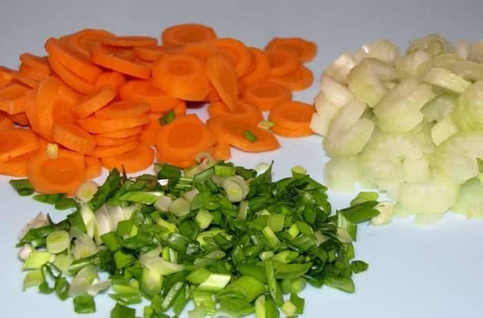 Измельчаем зеленый лук, морковь и сельдерей нарезаем тонкими кружочками.