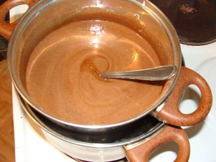 1. Для начала размягченный маргарин порубить небольшими кусочками и отправить в кастрюлю. Добавить 4 яйца, около 350 грамм сахара, мед и какао. Отправить все на водяную баню. Когда масса станет жидкой и полностью однородной добавить гашенную соду.