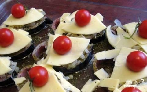 Затем разложите помидорчики-черри или обыкновенные томаты, порезанные кружочками. Поставьте в разогретую до 180 градусов духовку на полчаса.