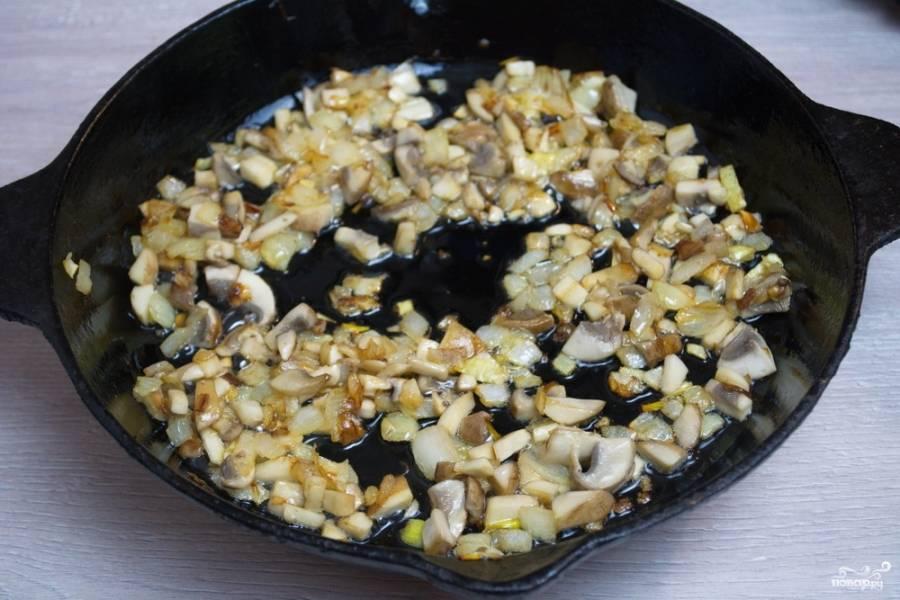 Обжарьте лук, после добавьте к луку грибы и обжарьте все вместе.  Посолите, поперчите.