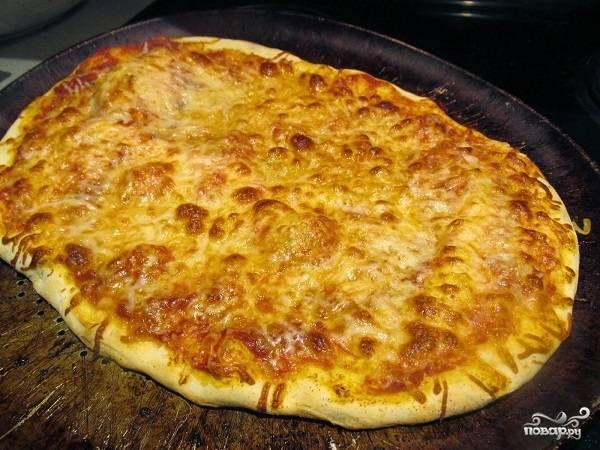 10. Все, можно отправлять пиццу в духовку и выпекать минут 12-15, пока сыр как следует не расплавится.  Приятного аппетита!