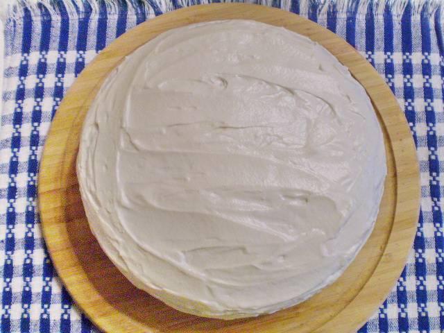 11. С боков тоже нужно смазать торт.