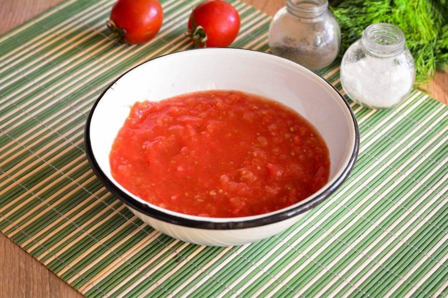 Вымытые помидоры перекрутите через мясорубку - это будет соус для лечо.