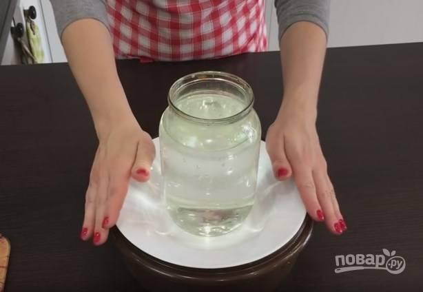 6. Голубцы нужно залить маринадом. Сок из-под корейской морковки можно тоже отправить к голубцам. Для рассола на литр кипятка возьмите 1 лавровый лист, полстакана сахара, 2 столовых ложки соли, полстакана масла и 1/3 стакана уксуса. Перемешайте и залейте голубцы. Сверху поставьте тарелку, а на нее — банку с водой. После того как рассол остынет, отправьте блюдо под прессом в холодильник на сутки.