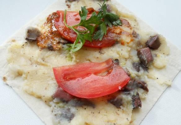 Смочите лаваш водой и порежьте на порционные квадраты. На каждый квадрат выкладываем начинку, томатный соус и помидоры, порезанные колечками.