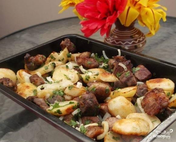 6.Соедините продукты. Помешайте. На 10 минут поставьте в духовой шкаф. Ткемали или сацибели прекрасно подойдут к вашей картошке со свининою.